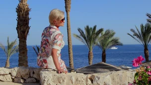 krásná dívka pózující na fotografa na resort v Egyptě