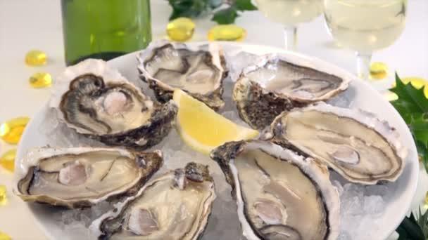 frische Austern weißer Teller und Zitronenwendetisch