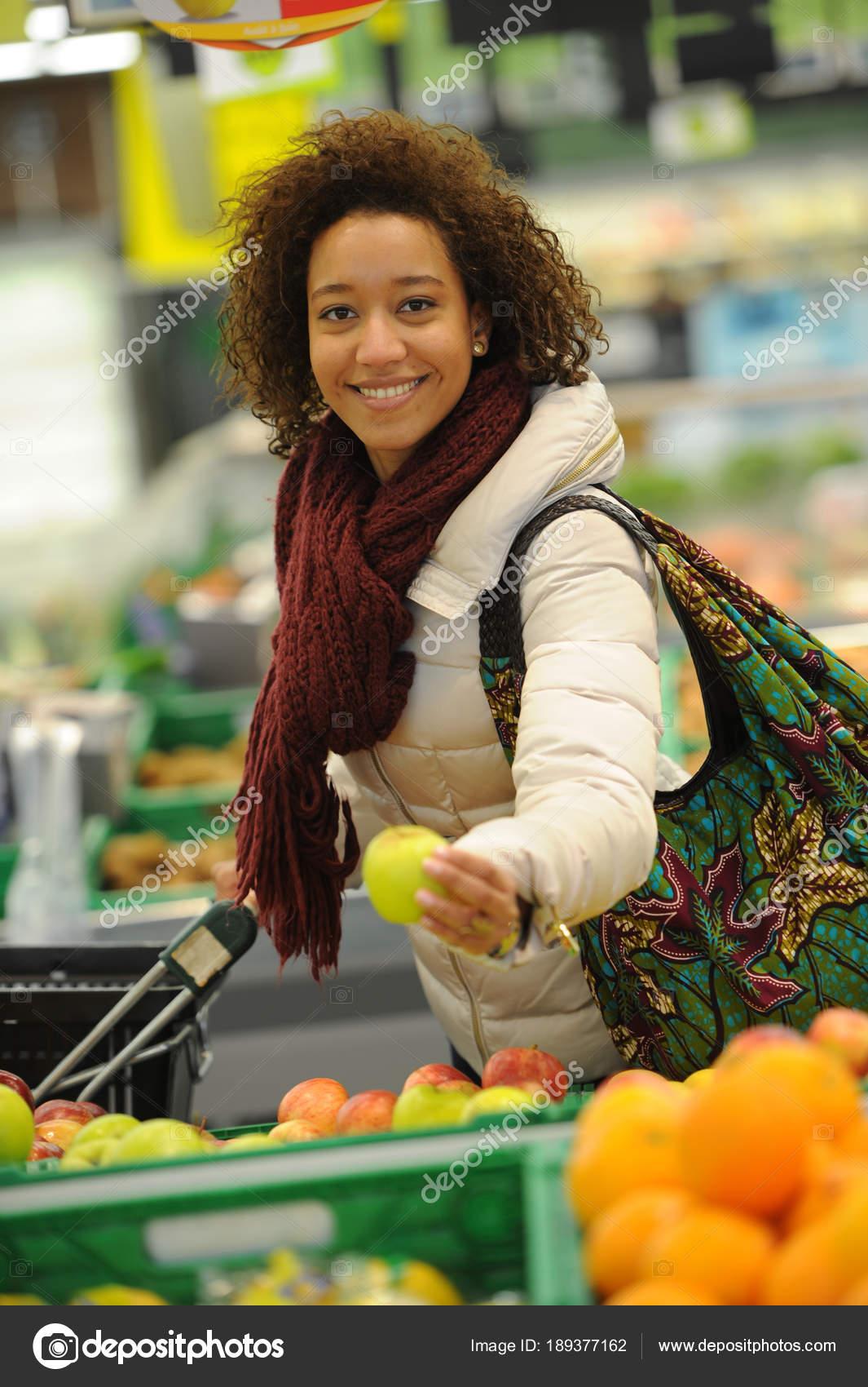 Женщина покупающая цветы