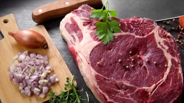 Kousek syrového masa posypaného kořením a pepřem