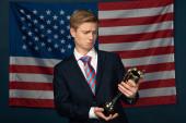 Mann mit goldenem Kelch auf amerikanischem Flaggenhintergrund