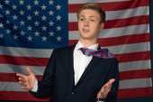 Photo man gesturing on american flag background