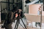 Fényképezőgép forgatás gyönyörű nő -ban fotó stúdió