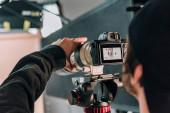 Selektivní zaměření kameramanky filmující ženu ve fotostudiu