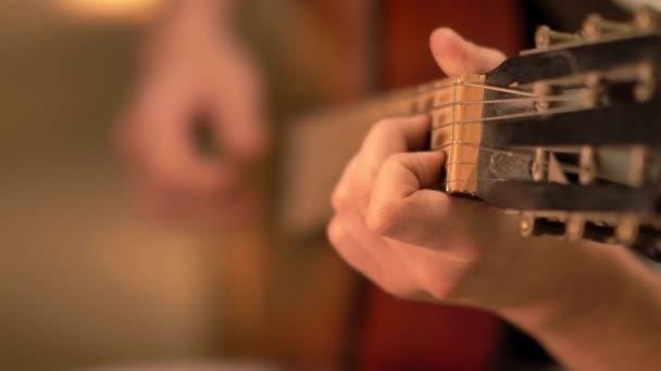 Klasszikus gitár játék nyers erő és akkordok, fókusz eltolódás
