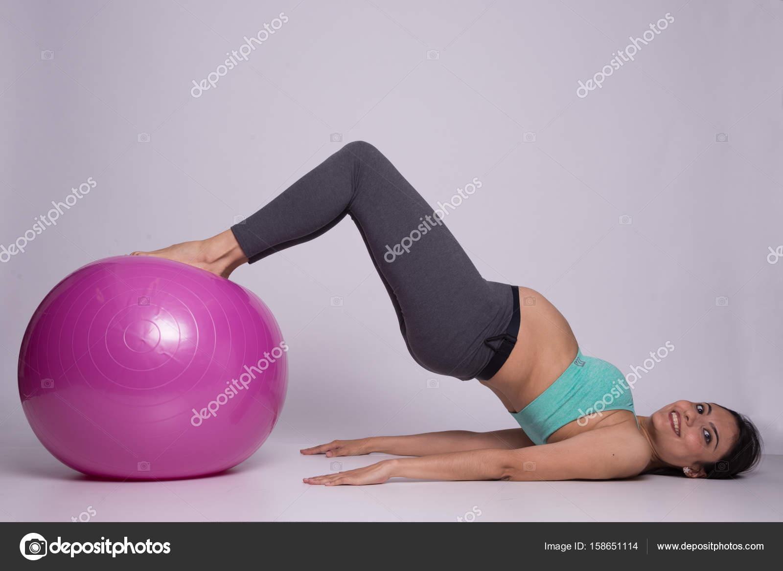 Averiguación de la señora embarazada sana con una pelota de pilates -  fotos  ejercicios de pilates con pelota para embarazadas — Foto de  dianavarela — Foto ... 679cb3c0e969