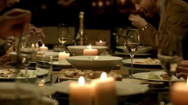 lidé mají chutné večeře