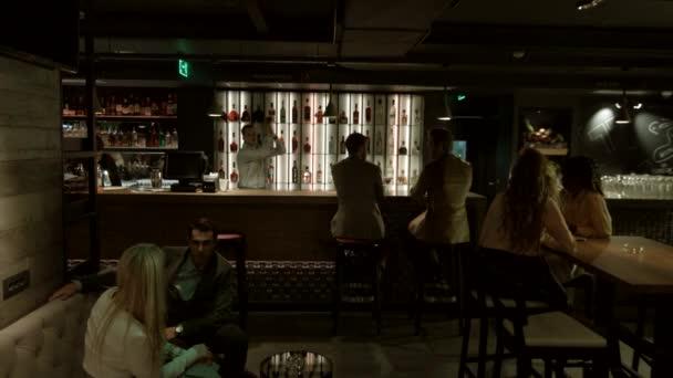 Lidé sedí a chatování v baru