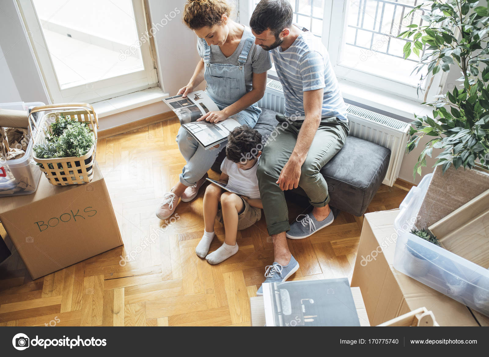Familie Umzug in neues Zuhause — Stockfoto © luminastock #170775740