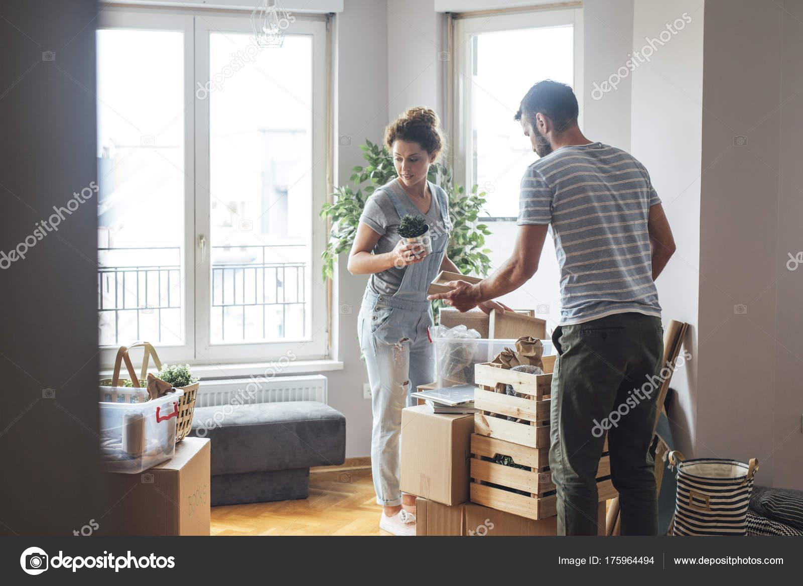 paar neues Zuhause einziehen — Stockfoto © luminastock #175964494