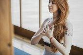 Žena přemýšlí o třídě jógy