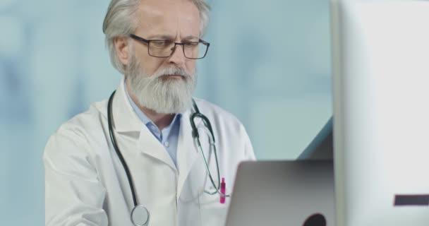 Oberarzt in seinem Büro bei Röntgen- und CT-Scans. Blick auf koronainfizierte Lungen.