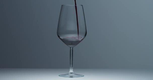 nalévání červeného vína do sklenice na víno. zpomalený pohyb 4k