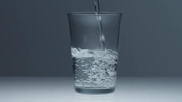 průhledné sklo naplněné vodou