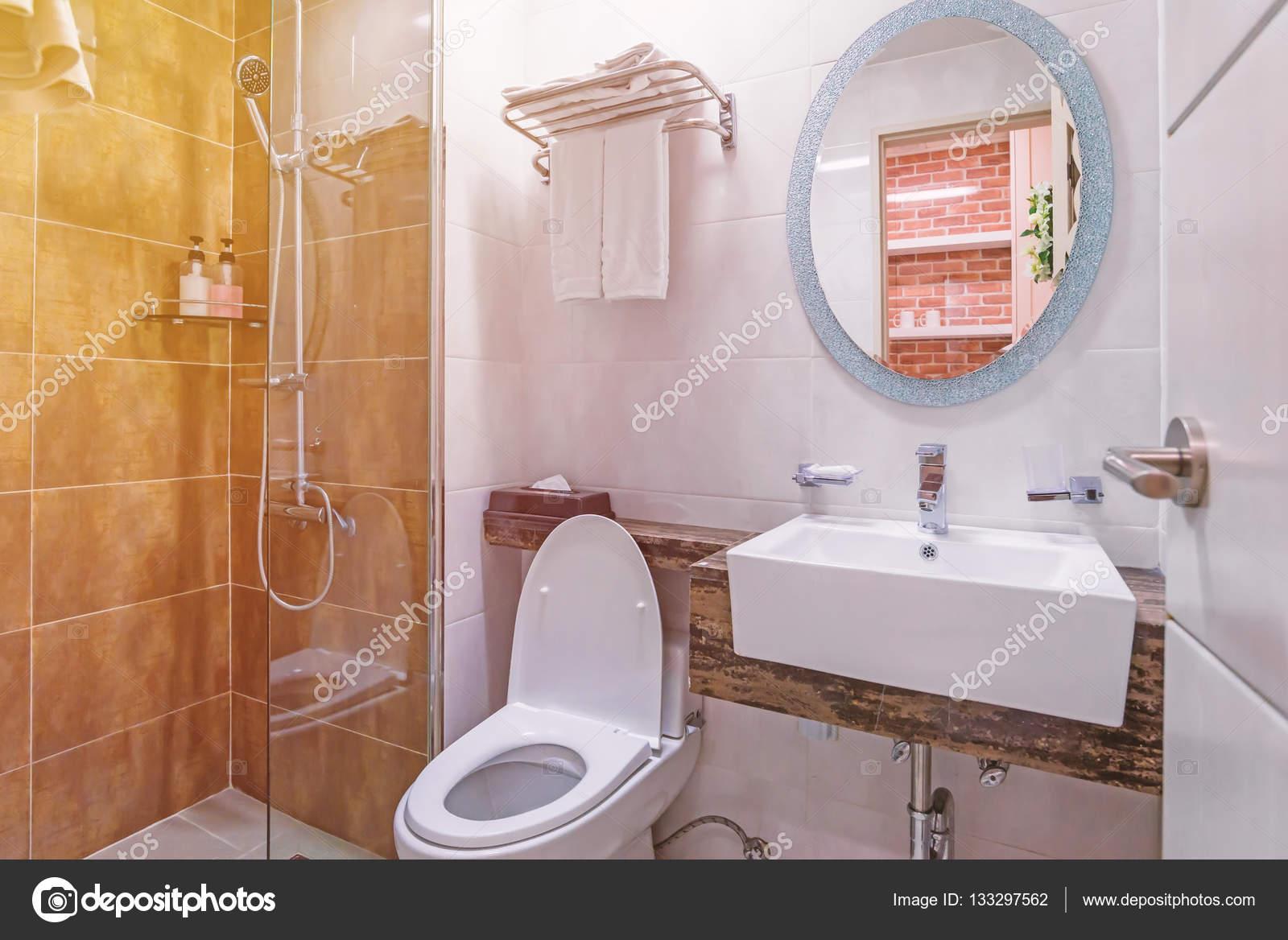 Badkamer En Toilet : Interieur van de badkamer en toilet in modern toilet u stockfoto