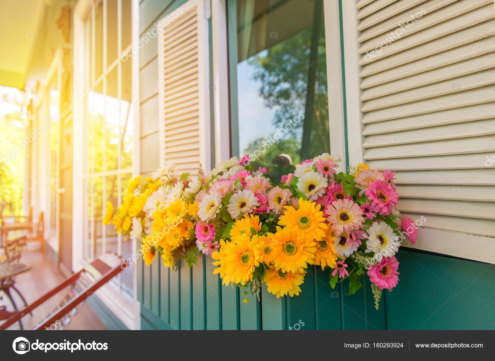 Fioriere Per Persiane ~ Finestra con fioriera e persiane a casa u2014 foto stock © casanowe1