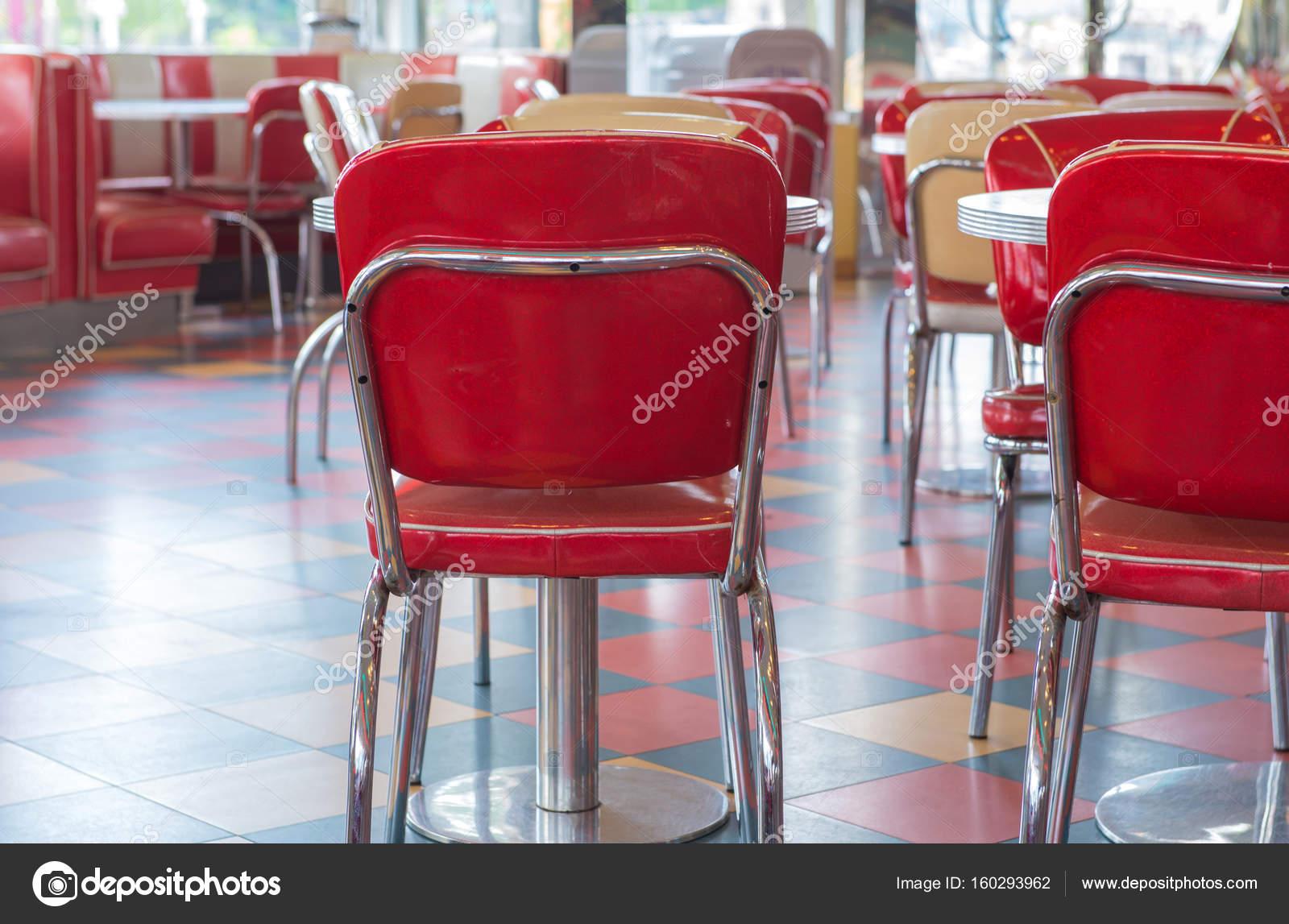roter Tisch und Stühle-Vintage-Stil im restaurant — Stockfoto ...