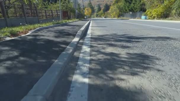 Po bílé čáře značení zkušební na venkově silnici v bulharské Village