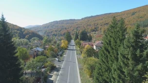 Letecký pohled na klidnou cestu v malé horské vesnici v Bulharsku