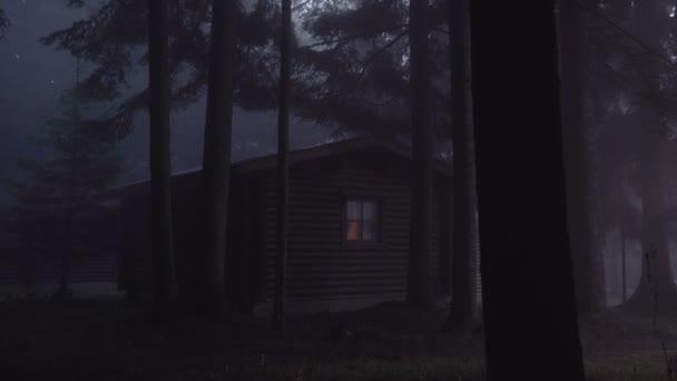 Cabina in boschi nebbiosi scuri. Pini alti che gettano ombre sulla cabina di legno di notte