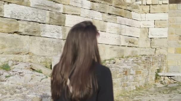 Frau beim Gang durch mittelalterliche Festung Zarewitsch beeindruckt vom Aussehen der Festung