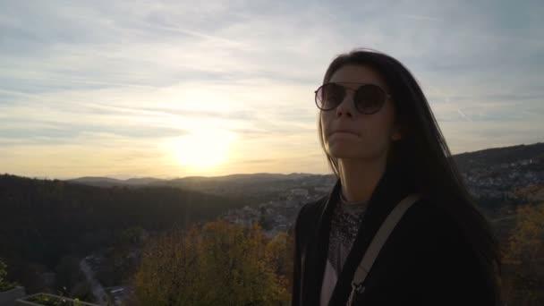 schöne Mädchen starrt auf Sonnenuntergang Wolken über malerischen Hügeln in Veliko tarnovo, Bulgarien