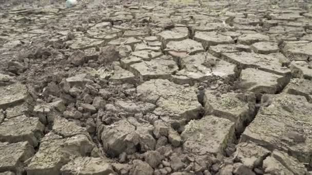 Wasserkrise in Pernik, Bulgarien. studena Damm trocknete rissigen Schlammboden
