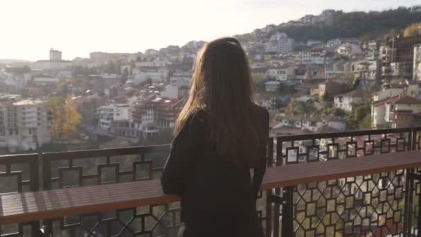 brünette mädchen genießen panoramablick über veliko tarnovo stadt bei susnet