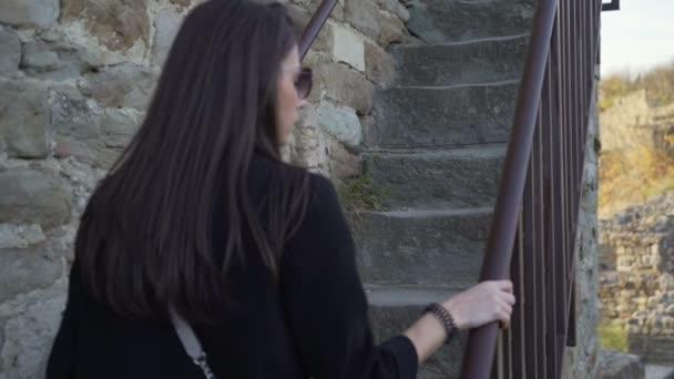 schöne Mädchen zu Fuß nach oben, alte Steintreppen in der Festung Zarewez, Bulgarien