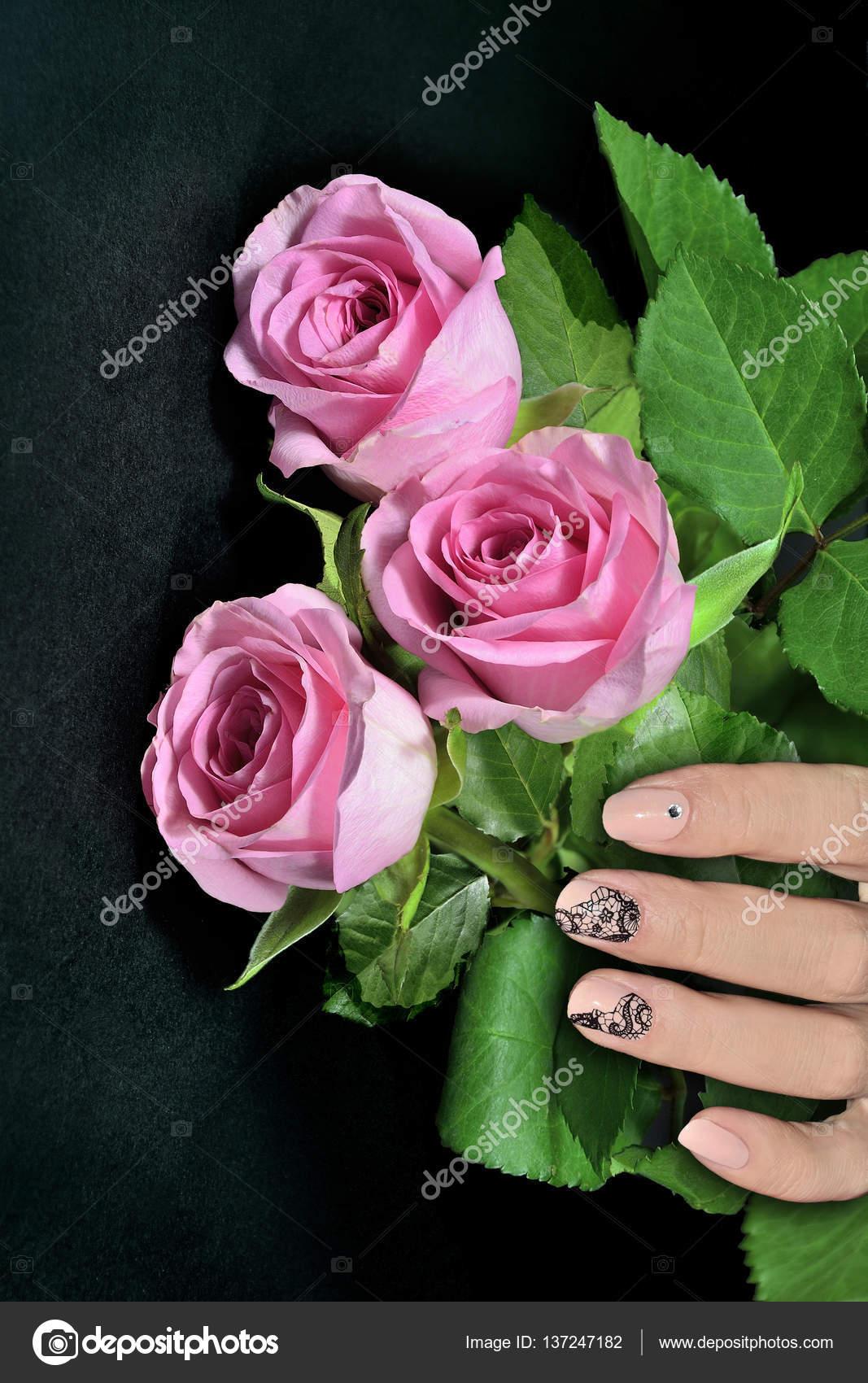 Mano femenina con uñas arte manicura Rosa rosas — Fotos de Stock ...