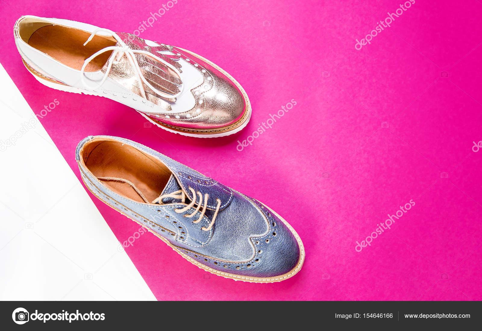 0c593afd7e13 Elegáns női cipő és a virágok, bronz cipő, kék cipő — Stock Fotó ...