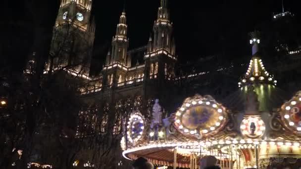 Vánoční veletrh na tržním náměstí v Rakousku Vídeňský radniční večer se zimní výzdobou a barevnými světly