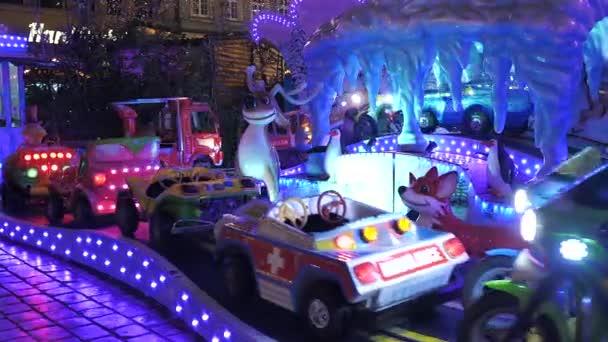 Vánoční kolotoč, Mary jít kolem, auta, vlak zblízka veletrh na náměstí v noci se zimní výzdobou a barevnými světly ve Vratislavi Polsko