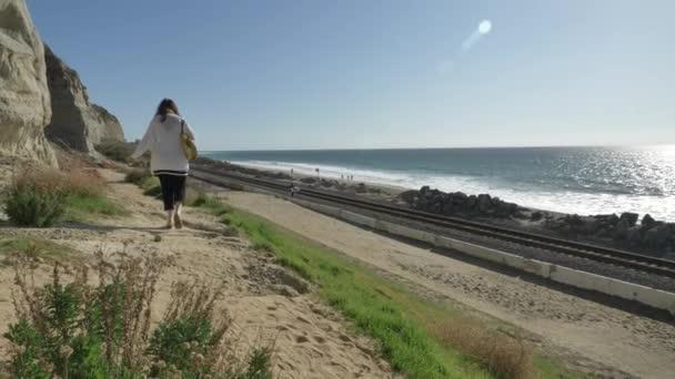 Aktivní Senior žena procházky na pěší stezce v blízkosti oceánu s krásnou krajinou v letní den v Kalifornii San Clemente calafia pláž. oranžový kraj životní styl