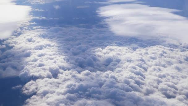 Nad zemí pohled z letadla krásné mraky pohybující se pomalu