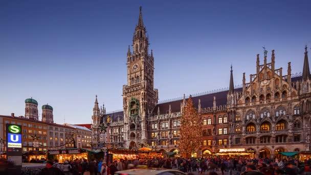 München, Deutschland - 8. Dezember 2015: Weihnachtsmarkt auf dem Marienplatz