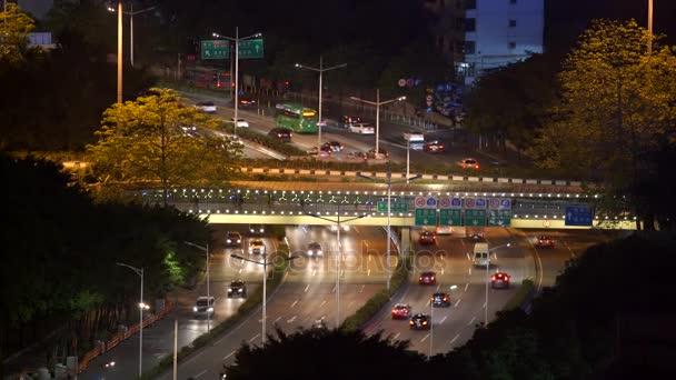 Blick auf den Nachtverkehr mit vier Bewegungsrichtungen und Brücke