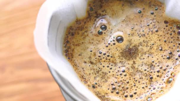 Zblízka pohled pivovarnictví hrnek s horkou kávou