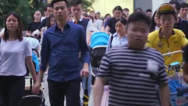 Shenzhen, Cina - 20 giugno 2017: traffico pedonale in strada cinese, Shenzhen, Cina