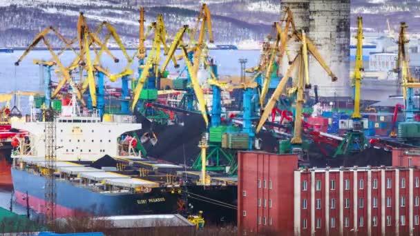 Murmansk, Rusko - 31 březen 2014: uhlí terminálu, Murmansk, Rusko, časová prodleva