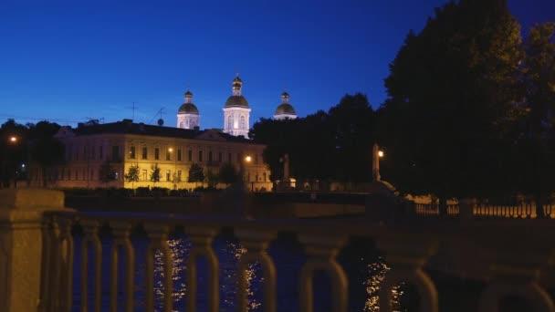 Bílé noci výhled na město v Petrohradě. Sedm mostů nebo Semimostie a kostely