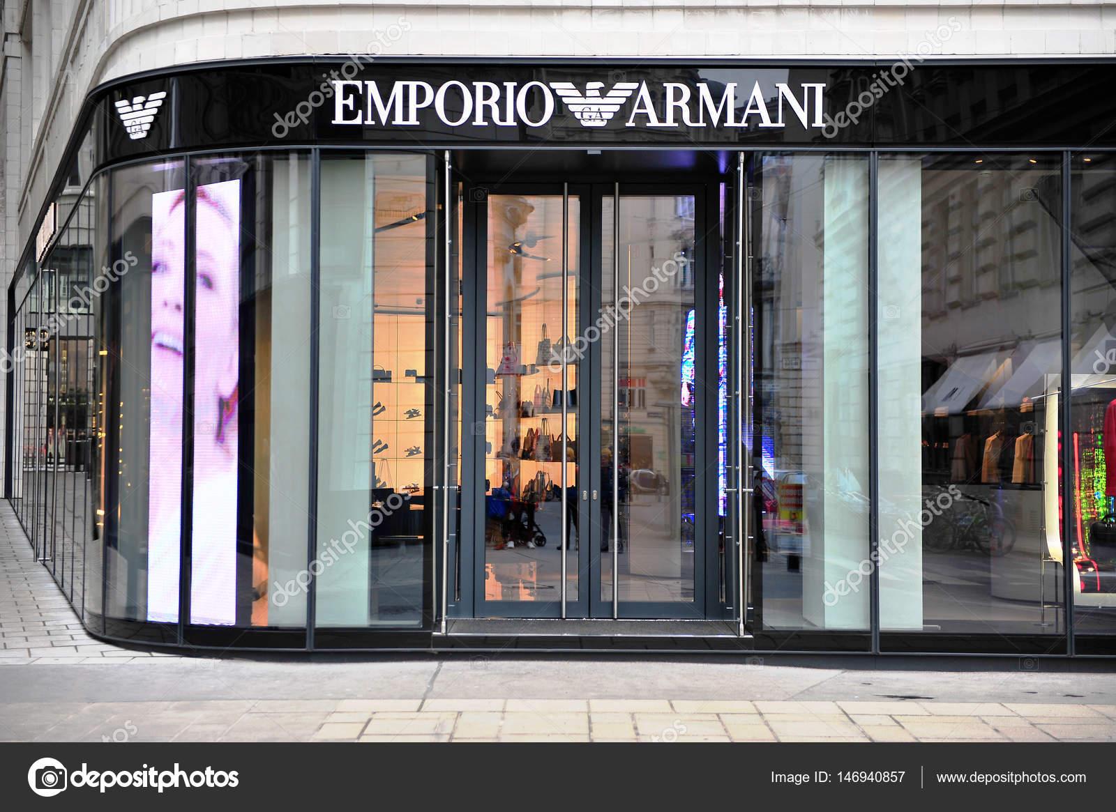 b03e074024379 Fachada da loja da Emporio Armani na rua de Viena — Fotografia de Stock