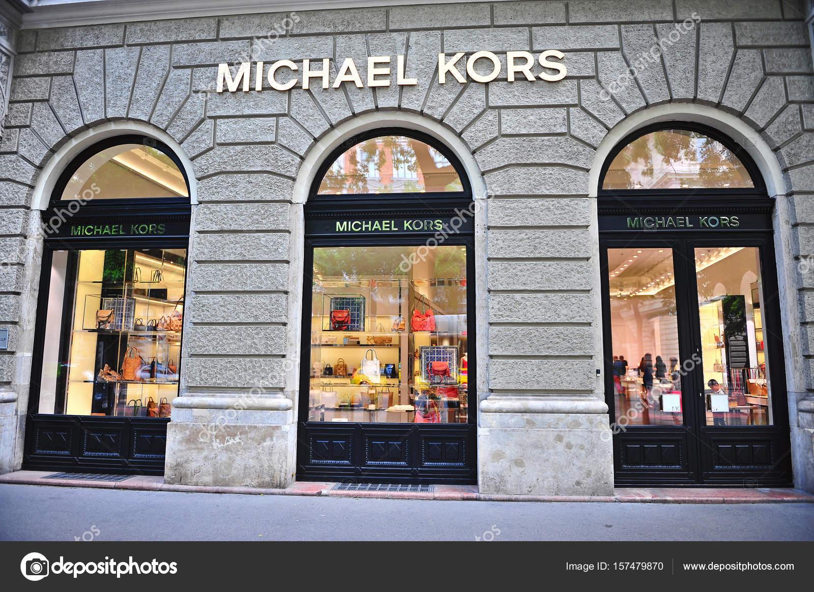 4bfc8634f7c23 Fachada da loja na rua Michael Kors — Fotografia de Stock Editorial ...