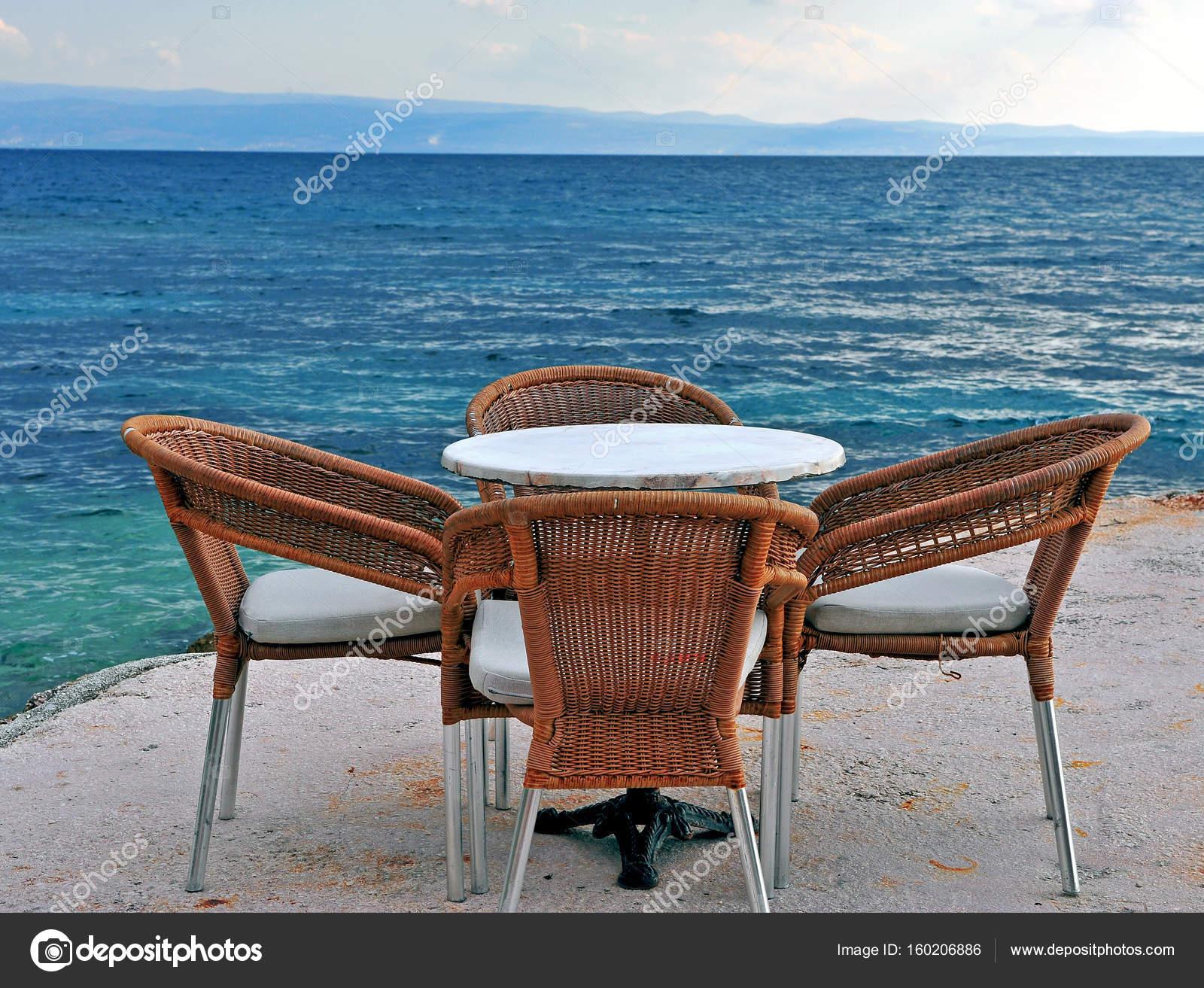 Mar Sedie E Tavoli.Sedie Di Legno Del Caffe E Tavolo Di Fronte Al Mare Foto
