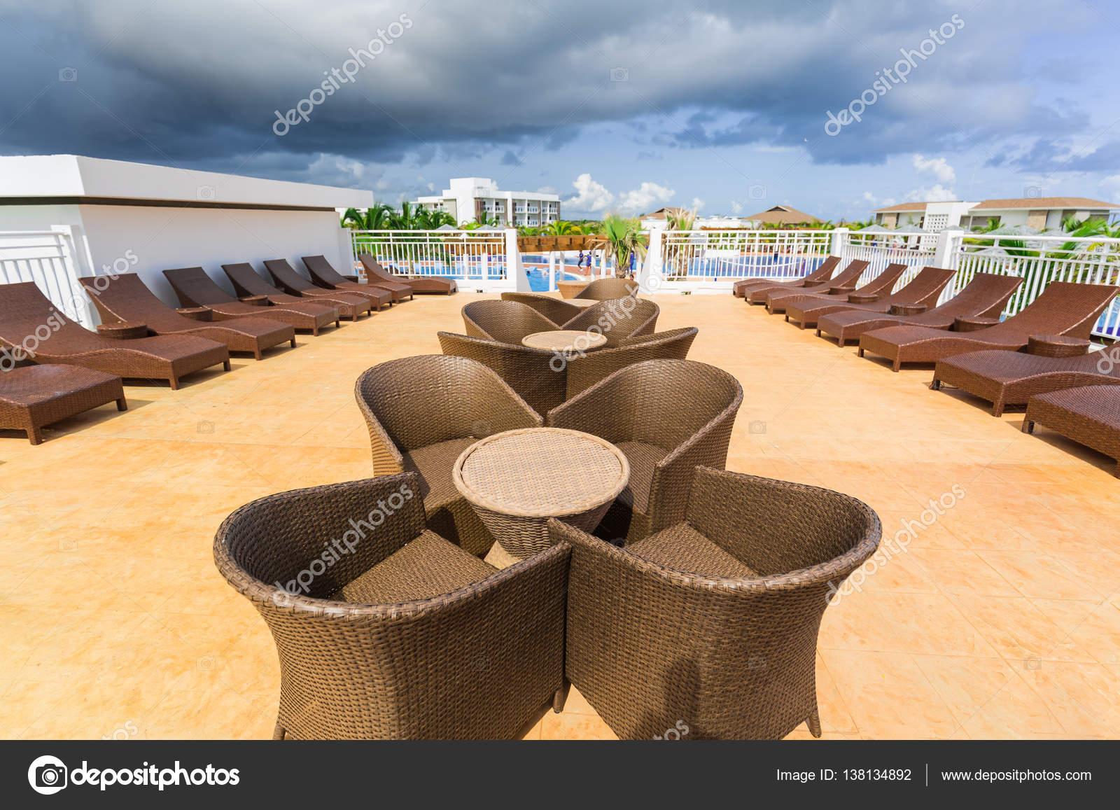 hermosa vista de varios muebles de patio al aire libre con estilo ...