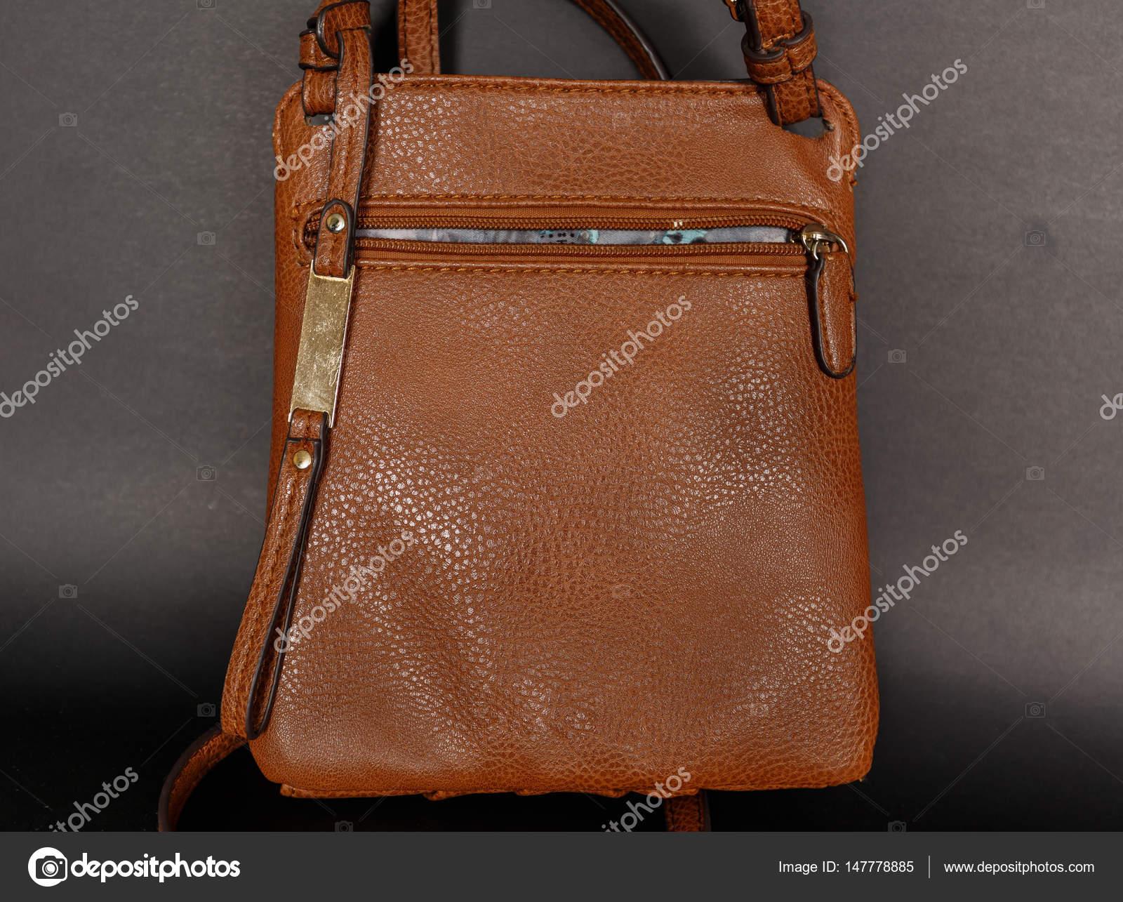7382234f3 Closeup agradável vista da elegante bolsa de couro marrom, saco em fundo  cinzento escuro —
