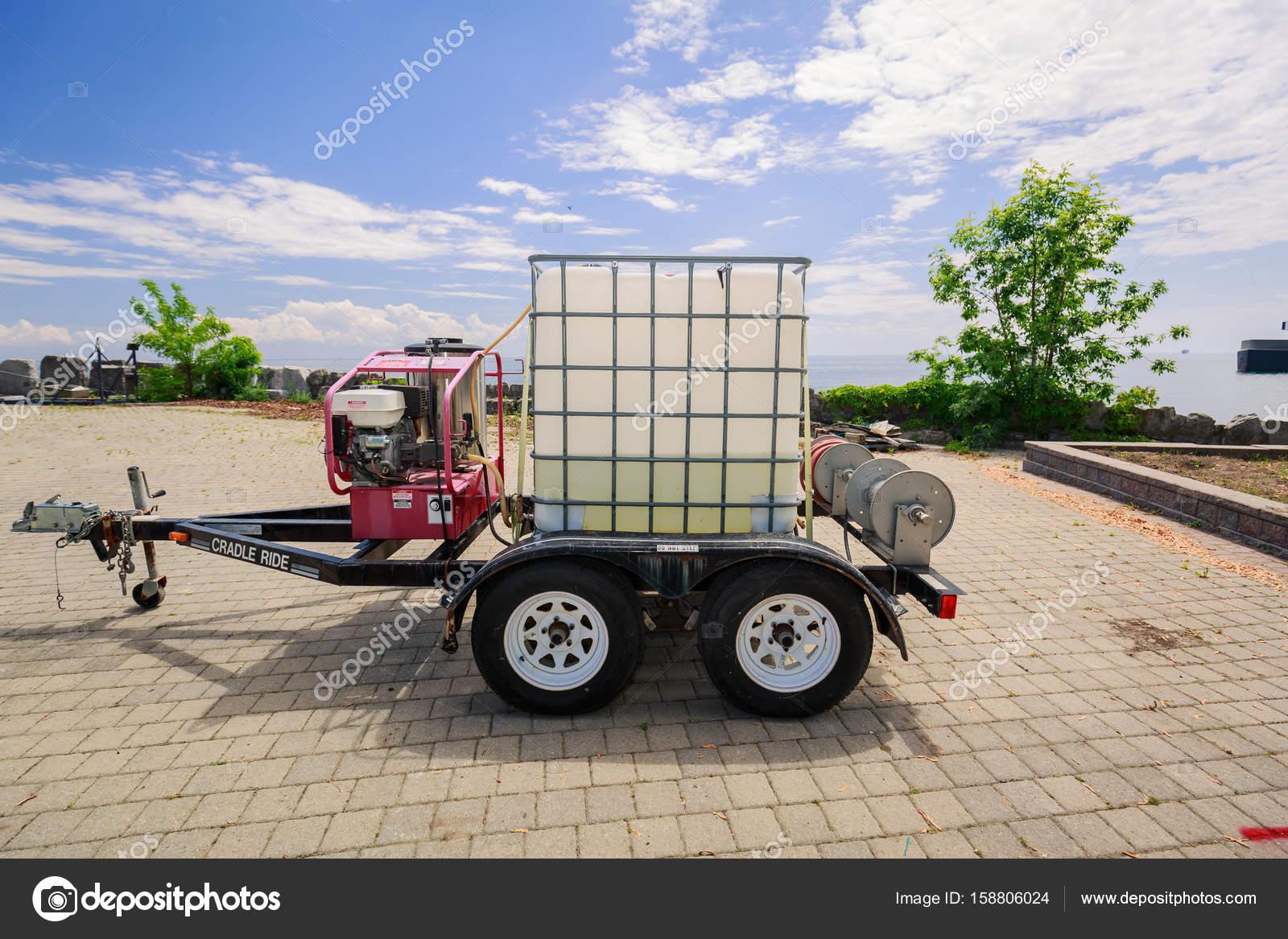 Blick auf einen kleinen Anhänger mit Kunststoff-Box im Metallrahmen ...