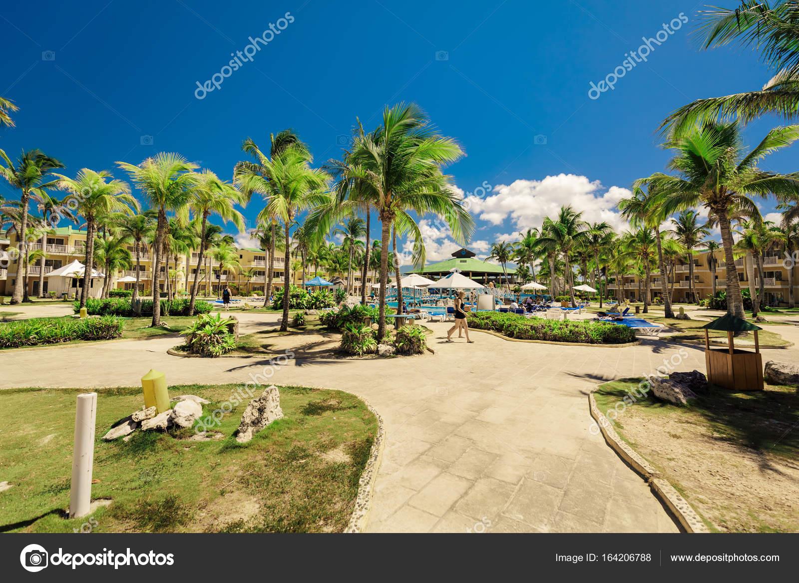 Envo tante belle vue sur parc de l h tel le jardin for Nice hotel avec piscine