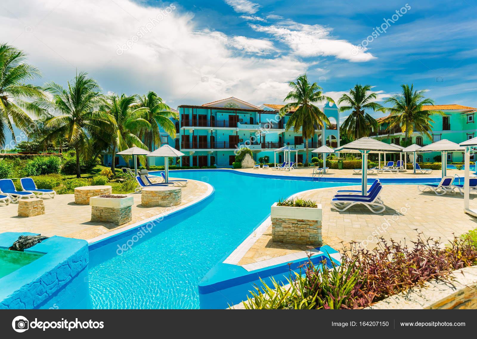 Paisagem natural dos jardins do hotel colonial lindos - Champoluc hotel con piscina ...