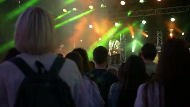 Dav tančí na písně hudebníka